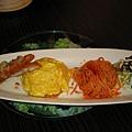 泰式鱈魚排沙拉蛋包飯拼盤