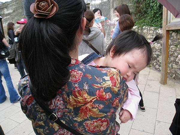 砲台上的林俐努力抱著他的女兒