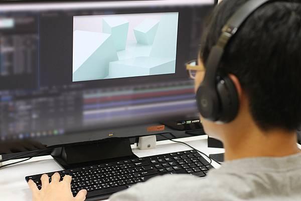 特效師為影片的結尾加上文字以及產品的特效.JPG