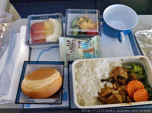 飛機餐,起飛沒多久就用餐了@@