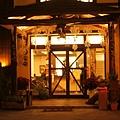 黑公雞店門口