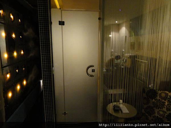 正對淋浴間的霧玻璃門