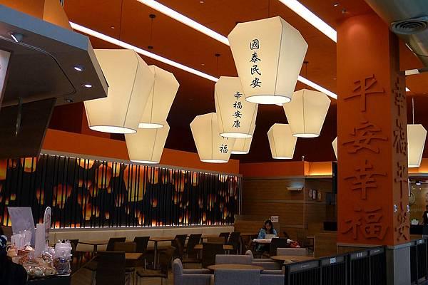 20130815桃園機場裡的天燈