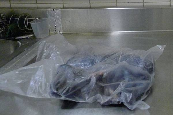 全雞變扁了_在塑膠袋中