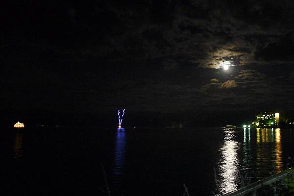 花火結束後的寧靜滿月
