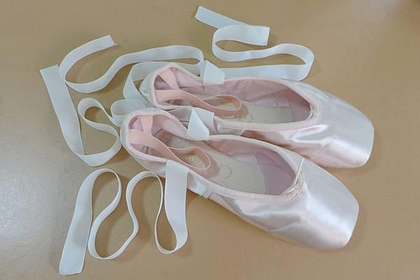 女兒的第一雙芭蕾舞硬鞋
