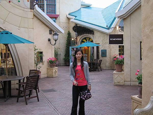 Disney旁邊的商場