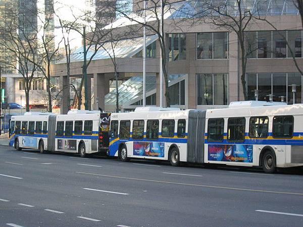 答案是--2台,超長公車