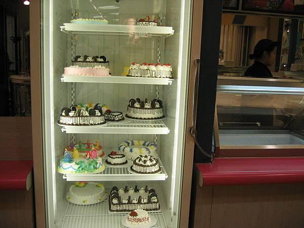 冰箱裡好多蛋糕,有的爬滿OREO餅乾