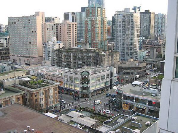 房間陽台由右往外看-是我們平常逛街的地方