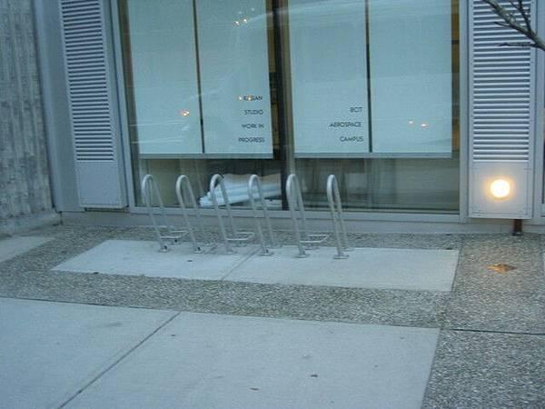 0212-前往WHISTLER途中,路邊腳踏車停車格