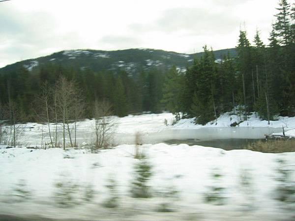 路邊積雪越來越多嚕