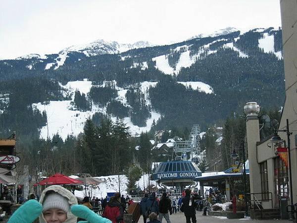 滑雪的人可以搭乘後面的纜車上BLACKGROUND滑雪