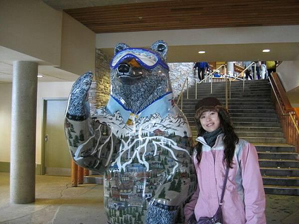 這隻熊身上是WHISTLER地圖優,還有滑雪道