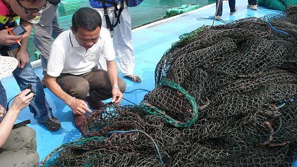 天和鮮物劉天和董事長跟大家講解漁網上的寄生蟲