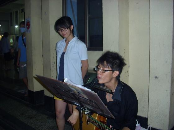 學生在屏東車站前彈彈唱唱.jpg