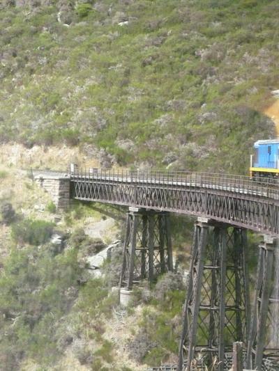 行駛半空中的列車 .jpg