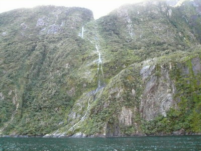 四週山岩的細流.jpg