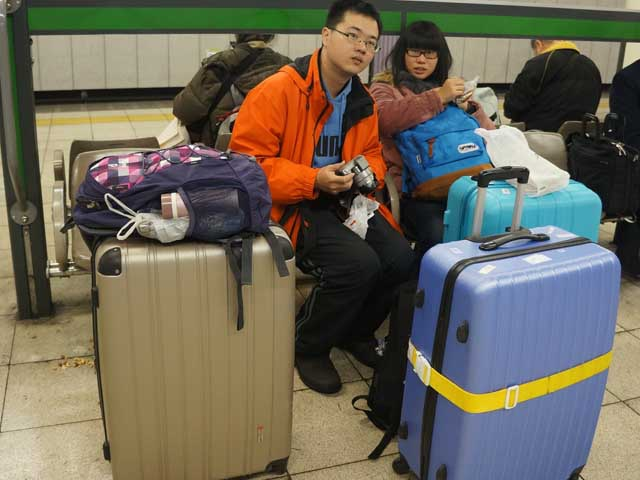 a01拖著行李車站等車.JPG