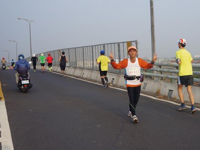 a08奔跑在高架橋上的老公.JPG