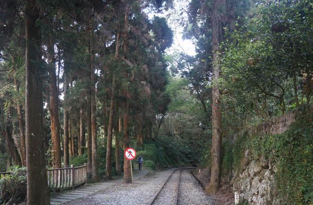 a12沿鐵路走.JPG