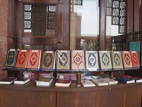 a30各國的可蘭經.JPG