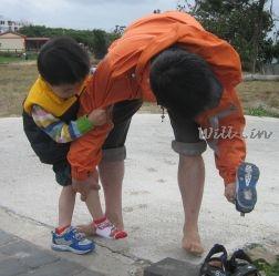 侍候少爺穿鞋.jpg