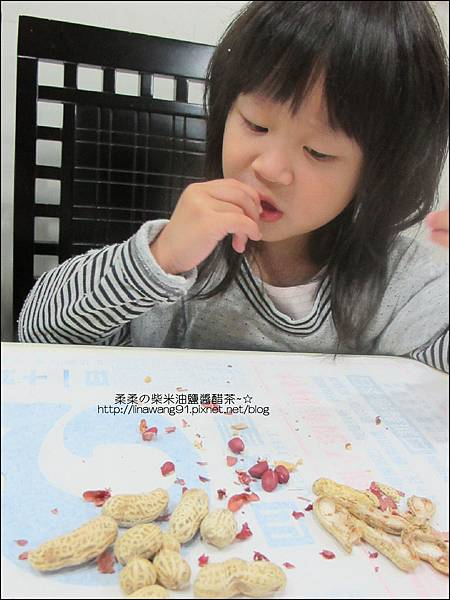 2010-1107 -Yuki 2Y10M幫忙拔花生米 (3).jpg