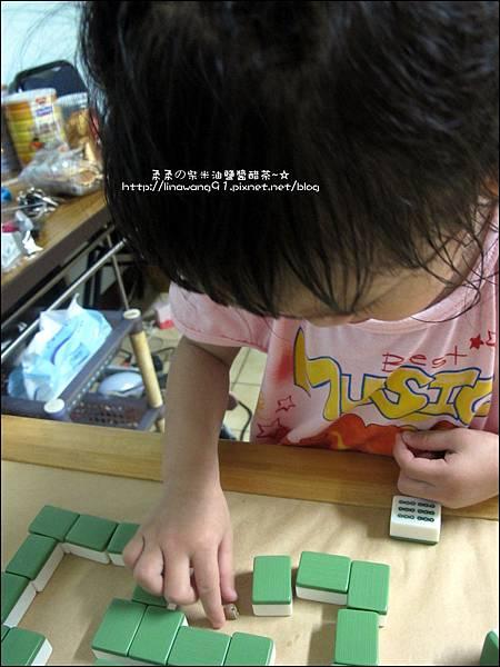 2011-0603-Yuki 3Y5M-蝸牛走迷宮 (9).jpg