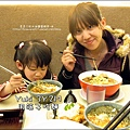 2011-0226-Yuki-3Y2M-拿筷子吃光麵.jpg