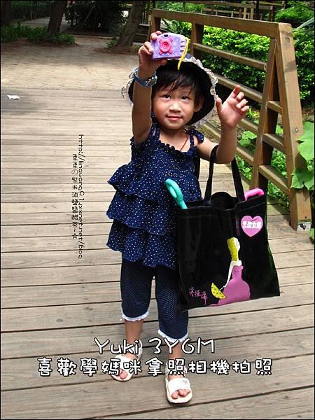 2011-0709-Yuki-3Y6M-拿照相機拍動物.jpg
