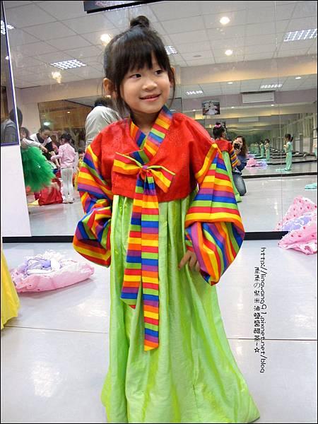 2011-1220-Yuki-3Y11M-欣蕾試穿衣服.jpg