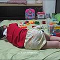 2011-0501-Yuki-3Y4M-收玩具收到睡著.jpg
