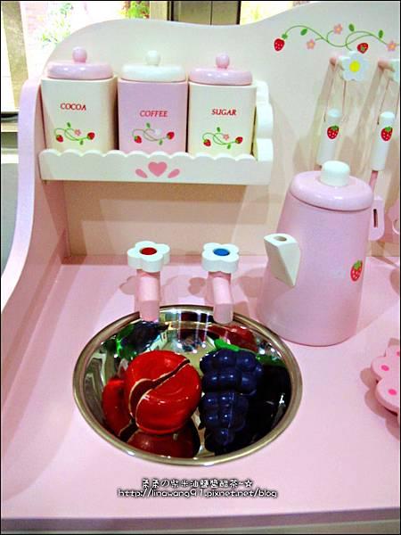 2011-1225-Yuki 4歲生日禮物-Mother Garden 木製玩具大草莓粉紅廚房組
