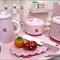 2011-1225-Yuki 4歲生日禮物-Mother Garden 木製玩具大草莓粉紅廚房組 (1)