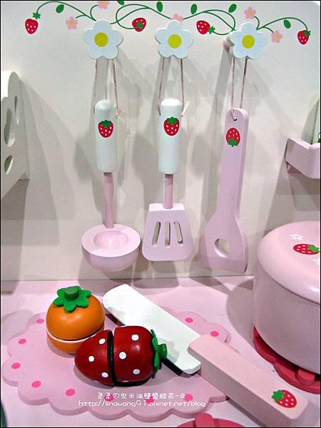 2011-1225-Yuki 4歲生日禮物-Mother Garden 木製玩具大草莓粉紅廚房組 (2)