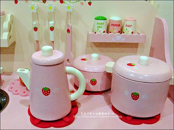 2011-1225-Yuki 4歲生日禮物-Mother Garden 木製玩具大草莓粉紅廚房組 (3)