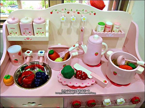 2011-1225-Yuki 4歲生日禮物-Mother Garden 木製玩具大草莓粉紅廚房組 (7)