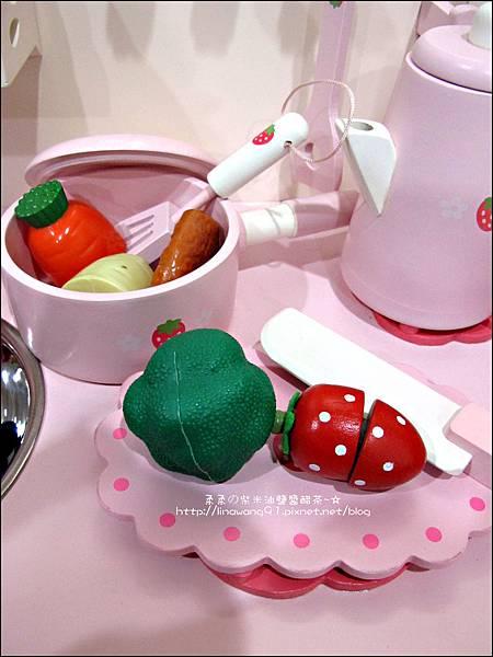 2011-1225-Yuki 4歲生日禮物-Mother Garden 木製玩具大草莓粉紅廚房組 (9)