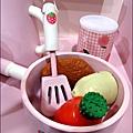 2011-1225-Yuki 4歲生日禮物-Mother Garden 木製玩具大草莓粉紅廚房組 (11)