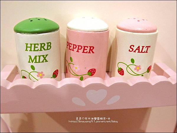 2011-1225-Yuki 4歲生日禮物-Mother Garden 木製玩具大草莓粉紅廚房組 (13)