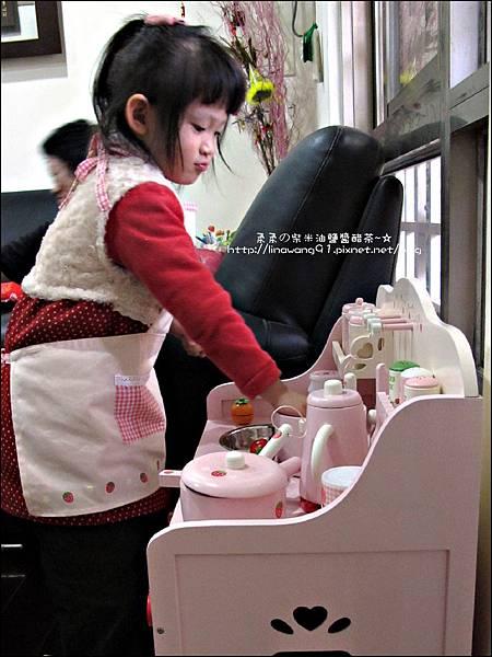 2011-1225-Yuki 4歲生日禮物-Mother Garden 木製玩具大草莓粉紅廚房組 (15)