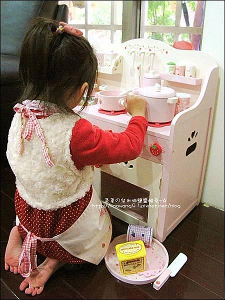 2011-1225-Yuki 4歲生日禮物-Mother Garden 木製玩具大草莓粉紅廚房組 (16)