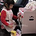 2011-1225-Yuki 4歲生日禮物-Mother Garden 木製玩具大草莓粉紅廚房組 (17)