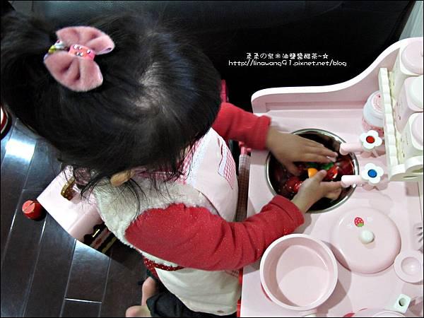 2011-1225-Yuki 4歲生日禮物-Mother Garden 木製玩具大草莓粉紅廚房組 (18)