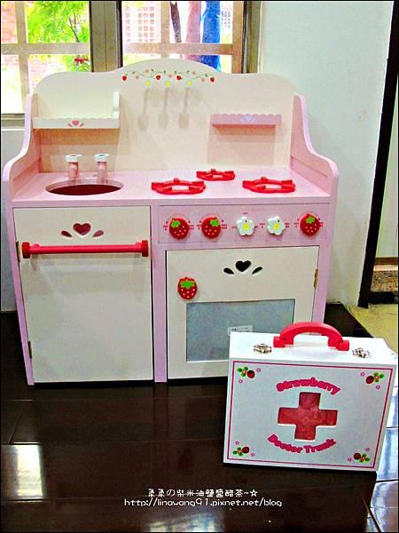 2011-1225-Yuki 4歲生日禮物-Mother Garden 木製玩具大草莓粉紅廚房組 (19)