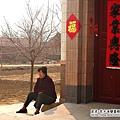 大陸-青島-每天都坐在門外的婦女