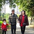 2012-0301-Yuki 4Y2M 陪外公外婆逛公園