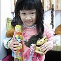 2012-0409-Yuki 4Y3M 收到五姨婆送的復活節巧克力