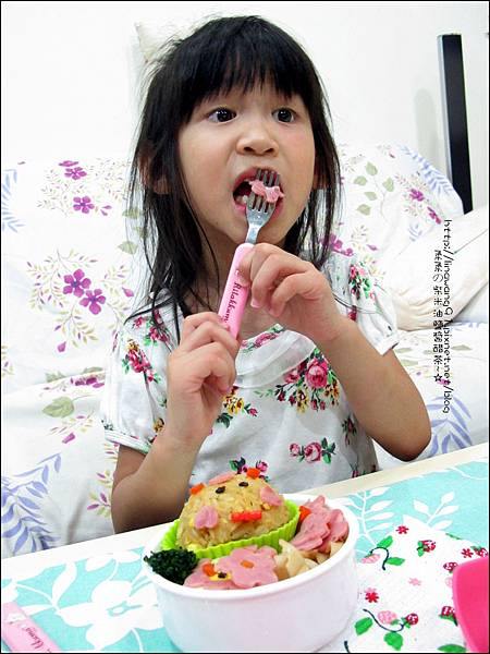 2012-0801-Yuki 4Y7M-上幼稚園第一天下課回家吃便當 (1)